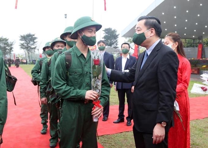 Chủ tịch UBND thành phố Hà Nội Chu Ngọc Anh động viên các tân binh huyện Chương Mỹ.