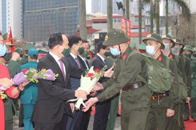 Phó Bí thư Thành ủy, Chủ tịch HĐND TP Hà Nội Nguyễn Ngọc Tuấn tặng hoa, động viên các tân binh quận Ba Đình