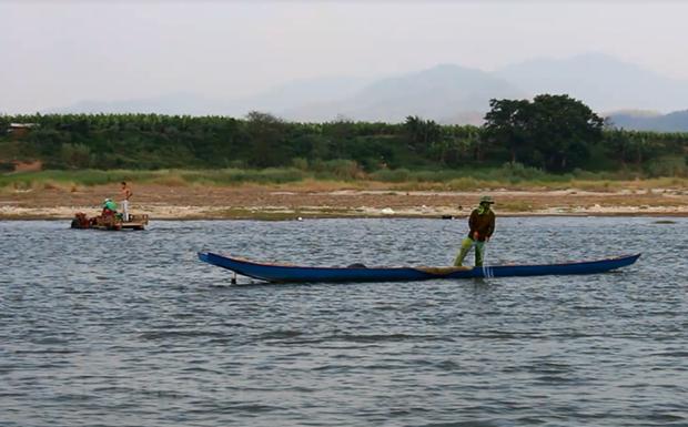 Người dân Lào đánh bắt cá trên sông Mekong. (Ảnh: Vietnam+)