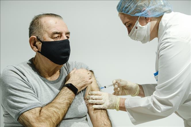 Nhân viên y tế tiêm vaccine phòng COVID-19 cho người dân tại Moskva, Nga, ngày 22-1-2021. Ảnh: THX/TTXVN