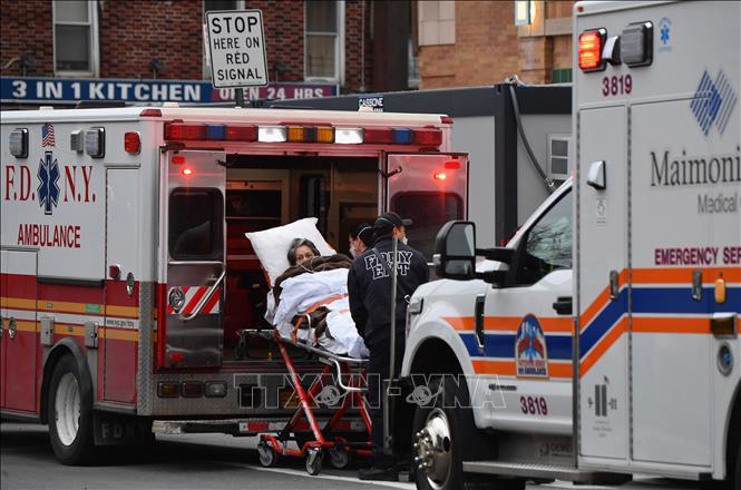 Nhân viên y tế chuyển bệnh nhân COVID-19 tới bệnh viện ở New York, Mỹ, ngày 4-1-2021. Ảnh: AFP/TTXVN