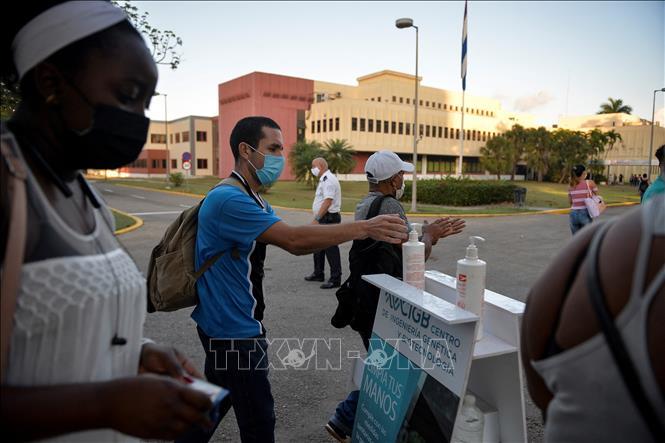 Rửa tay và khử khuẩn phòng lây nhiễm COVID-19 tại Havana, Cuba, ngày 25-2-2021. Ảnh: AFP/TTXVN