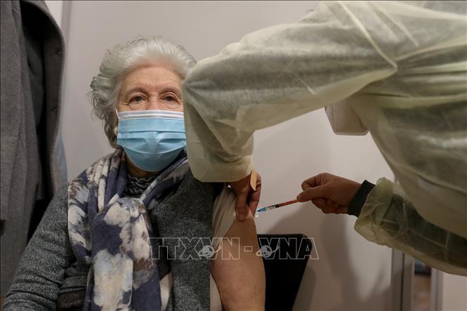 Nhân viên y tế tiêm vaccine ngừa COVID-19 của Pfizer-BioNtech cho người dân tại Lisbon, Bồ Đào Nha, ngày 18-2-2021. Ảnh: THX/TTXVN