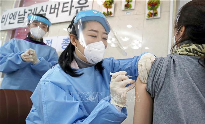 Tiêm chủng vaccine phòng COVID-19 tại Gwangju, Hàn Quốc, ngày 26-2-2021. Ảnh: THX/TTXVN