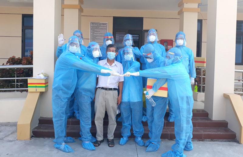 Cán bộ y tế CDC trước giờ lấy mẫu xét nghiệm cho công dân cách ly tại Trung đoàn 895 (xã Châu Bình, Giồng Trôm). Ảnh: CDC