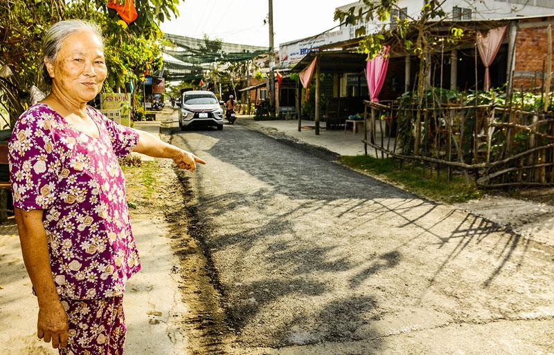 Bà Phan Thị Hồng vui mừng vì đoạn lộ vừa được khắc phục.