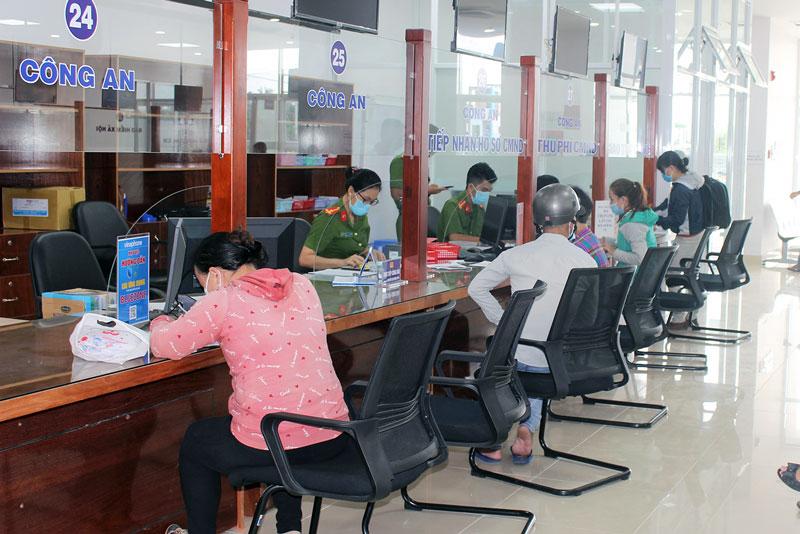 Thực hiện thủ tục hành chính liên quan đến cấp thẻ căn cước công dân tại Trung tâm Phục vụ hành chính công tỉnh. Ảnh: H. Đức