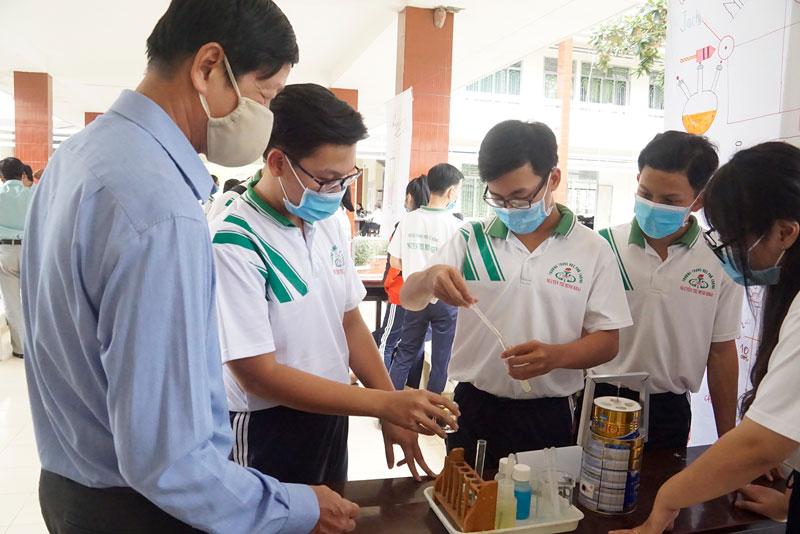 Học sinh Trường THPT Nguyễn Thị Minh Khai (Mỏ Cày Nam) áp dụng phương pháp học tích hợp liên môn. Ảnh: PH. Hân