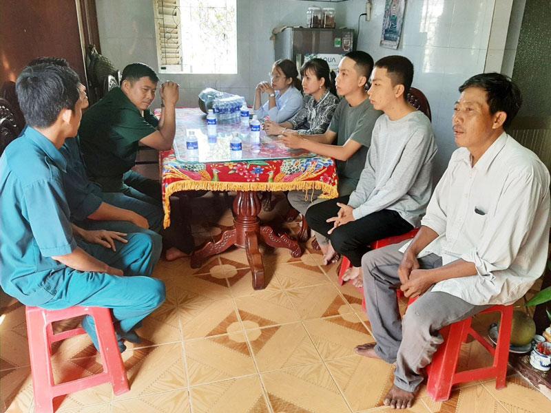 Gặp gỡ, động viên hai anh em Lê Thanh Phong và Lê Thanh Phú (thứ 2, 3 bên phải) trước ngày nhập ngũ. Ảnh: Đ. Thạch