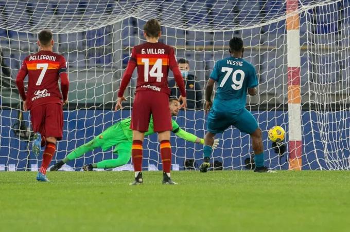 Kessie mở tỷ số trận Roma vs Milan trên chấm phạt đền