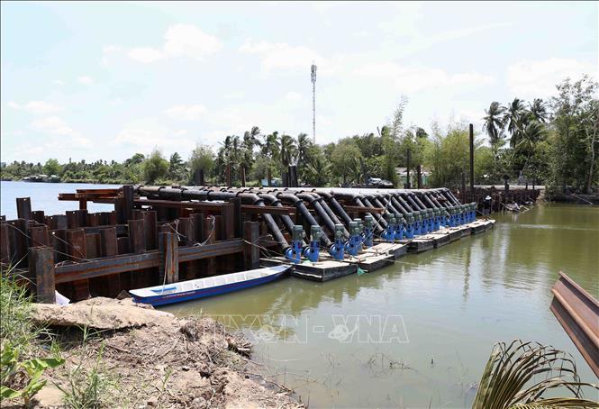 Đập ngăn mặn trên sông Tiền chảy qua địa bàn xã Song Thuận, huyện Châu Thành, tỉnh Tiền Giang. Ảnh: Vũ Sinh/TTXVN