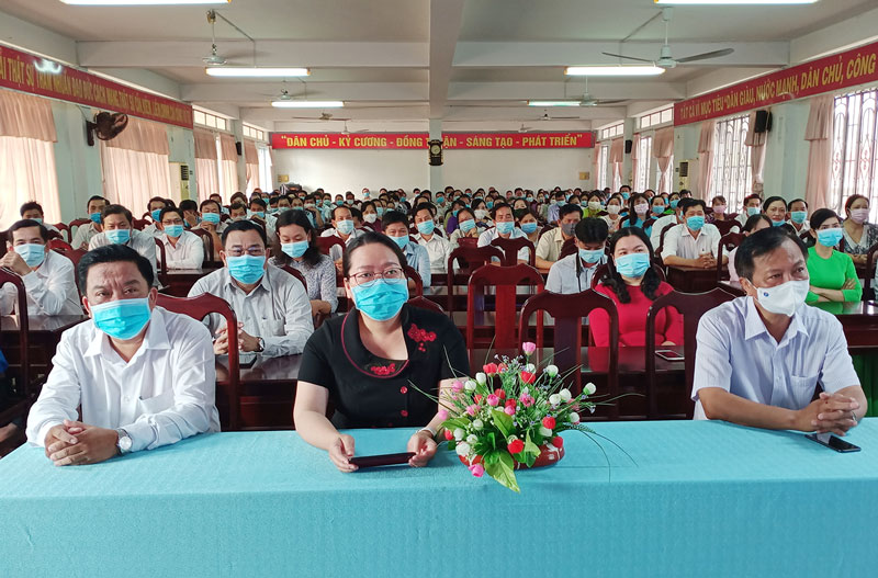Bí thư Huyện ủy Nguyễn Thị Hồng Nhung tham dự buổi sinh hoạt.
