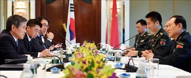 Bộ trưởng Quốc phòng Hàn Quốc Jeong Kyeong-doo (trái) và Bộ trưởng Quốc phòng Trung Quốc Ngụy Phượng (Nguồn:TTXVN)