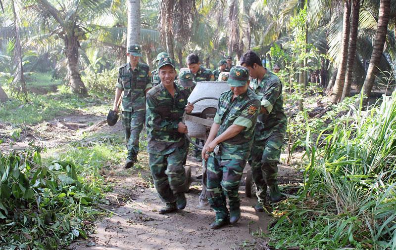 Tuổi trẻ Bộ đội Biên phòng tỉnh chung sức xây dựng nông thôn mới. Ảnh: Biên Cương