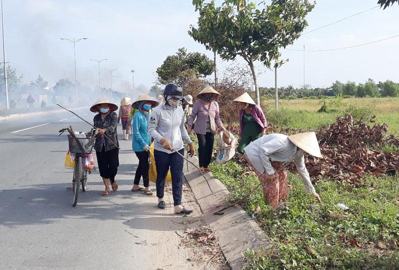 Người dân xã Phú Hưng, TP. Bến Tre tham gia Ngày Chủ nhật nông thôn mới.