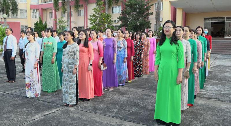 Nữ cán bộ, công chức, viên chức huyện Chợ Lách trong buổi chào cờ đầu tuần. Ảnh: Việt Cường