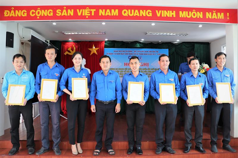 Trao các quyết định công nhận Ủy viên Ban Thường vụ - Ủy viên Ban Chấp hành Đoàn TNCS Hồ Chí Minh tỉnh Bến Tre khóa X, nhiệm kỳ 2017 - 2022.
