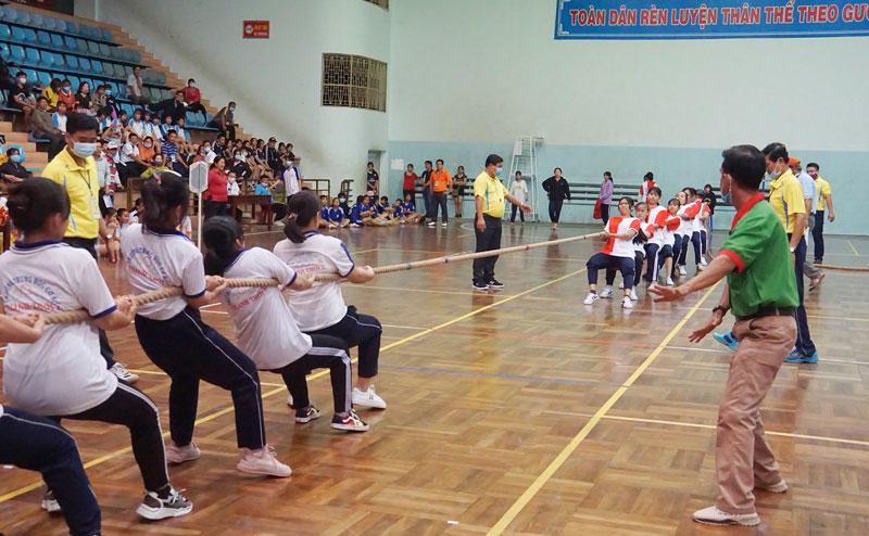 Thi đấu môn kéo co tại Hội khỏe Phù Đổng tỉnh năm 2021.