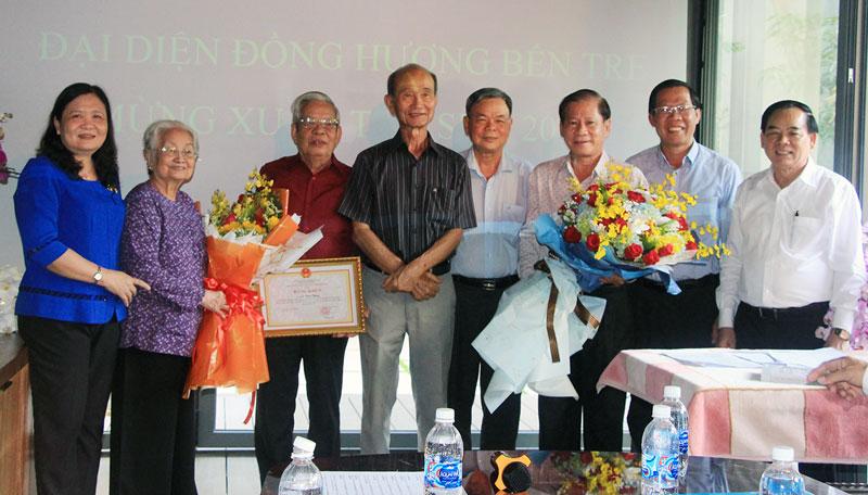Bí thư Tỉnh ủy Phan Văn Mãi, Chủ tịch UBND tỉnh Trần Ngọc Tam trao quyết định công nhận Ban Liên lạc đồng hương tỉnh Bến Tre tại TP. Hồ Chí Minh.