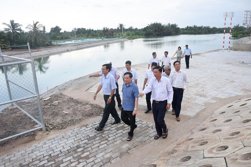 Chủ tịch UBND tỉnh Trần Ngọc Tam khảo sát tiến độ các công trình cống thủy lợi trên địa bàn Thạnh Phú. Ảnh: Cẩm Trúc