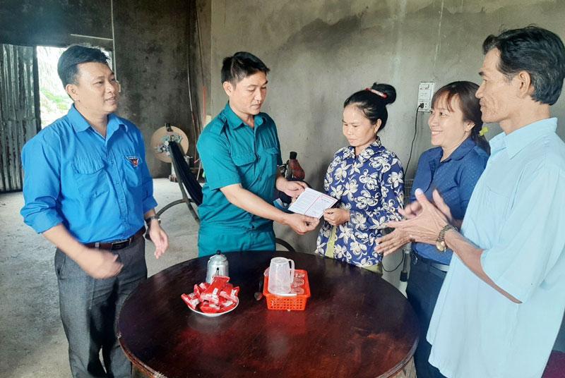 Tặng sổ tiết kiệm cho gia đình thanh niên nhập ngũ xã An Bình Tây (Ba Tri).
