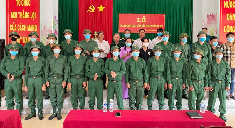 Lễ trao quân trang cho thanh niên nhập ngũ năm 2021 tại xã Hòa Lợi (Thạnh Phú). Ảnh: CTV