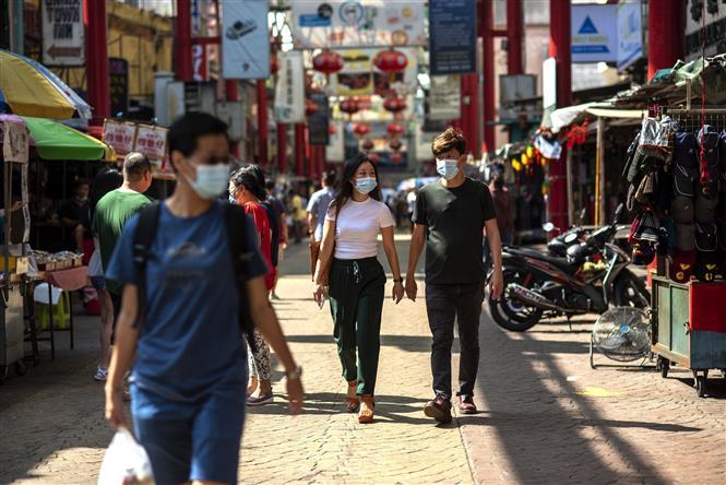 Người dân đeo khẩu trang phòng lây nhiễm COVID-19 tại Kuala Lumpur, Malaysia, ngày 28-2-2021. Ảnh: THX/ TTXVN