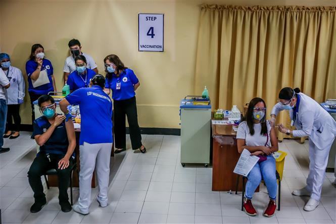 Nhân viên y tế được tiêm vaccine phòng COVID-19 tại Manila, Philippines, ngày 1-3-2021. Ảnh: THX/ TTXVN