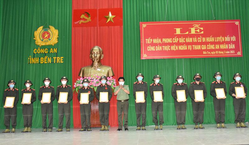 Đại tá Phạm Văn Ngót trao quyết định phong cấp bậc hàm đối với các chiến sĩ nghĩa vụ.