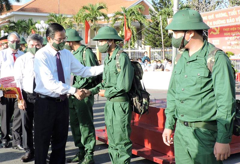 Bí thư Tỉnh ủy Phan Văn Mãi động viên các tân binh trước giờ lên đường nhập ngũ. Ảnh: P. Tuyết