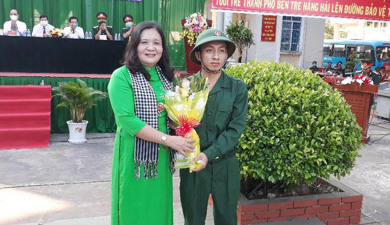 Phó bí thư Thường trực Tỉnh ủy Hồ Thị Hoàng Yến tặng hoa cho thanh niên lên đường nhập ngũ. Ảnh: Thu Huyền