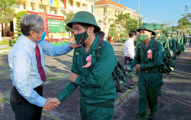 Trưởng Ban Tổ chức Tỉnh ủy Nguyễn Văn Đức động viên tân binh. Ảnh: Phan Hân