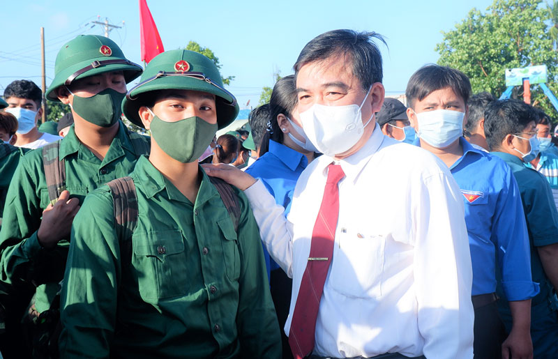 Trưởng ban Dân vận Tỉnh ủy Bùi Văn Bia động viên tân binh. Ảnh: Minh Mừng