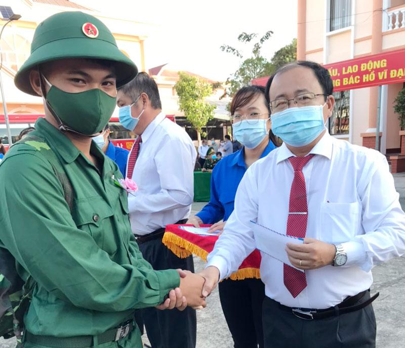 Bí thư Huyện ủy - Chủ tịch UBND huyện Nguyễn Văn Dũng tặng quà động viên thanh niên. Ảnh: Thanh Hương