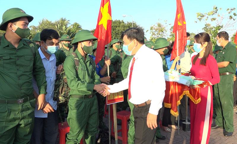 Bí thư Huyện ủy Nguyễn Văn Đảm động viên thanh niên chuẩn bị lên đường nhập ngũ. Ảnh: Việt Cường