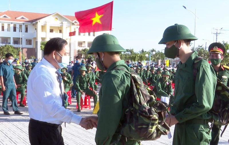 Chủ tịch UBND tỉnh Trần Ngọc Tam động viên tân binh lên đường nhập ngũ. Ảnh: Trọng Ân