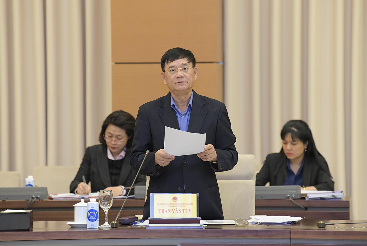 Đồng chí Trần Văn Túy, Phó Trưởng Tiểu ban Nhân sự trình bày Báo cáo kết quả điều chỉnh sau Hội nghị hiệp thương lần thứ nhất về cơ cấu, thành phần, số lượng đại biểu Quốc hội Khóa XV.
