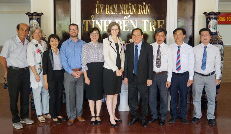 Chủ tịch UBND tỉnh Trần Ngọc Tam (thứ tư, từ phải sang) chụp ảnh lưu niệm cùng đoàn công tác.