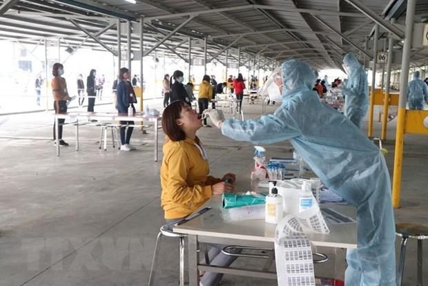 Nhân viên y tế lấy mẫu xét nghiệm SARS-CoV-2 tại Hải Dương. Ảnh: Mạnh Minh/TTXVN