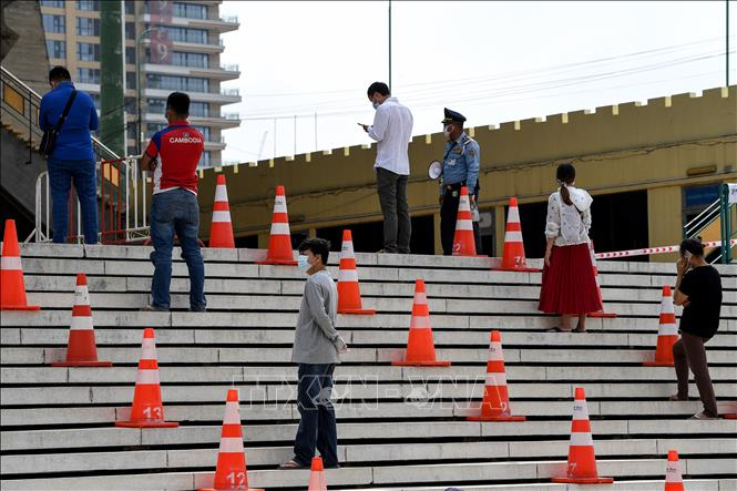 Xếp hàng chờ xét nghiệm ở Phnom Penh. Ảnh: AFP/TTXVN