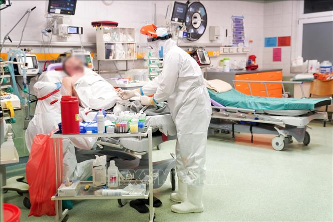 Nhân viên y tế điều trị cho bệnh nhân COVID-19 tại bệnh viện ở Vacsava, Ba Lan, ngày 1-3-2021. Ảnh: PAP/TTXVN