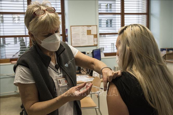Nhân viên y tế tiêm vaccine ngừa COVID-19 Pfizer-BioNTech tại Prague, CH Séc ngày 27-12-2020. Ảnh: AFP/TTXVN