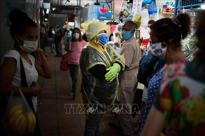 Người dân đeo khẩu trang phòng lây nhiễm COVID-19 trên đường phố tại Caracas, Venezuela ngày 14-5-2020. Ảnh: AFP/TTXVN