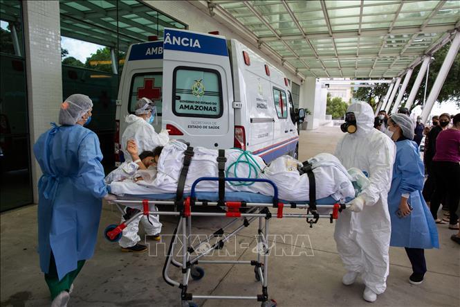 Nhân viên y tế chuyển bệnh nhân COVID-19 tới bệnh viện tại Manaus, bang Amazon, Brazil ngày 14-1-2021. Ảnh: AFP/TTXVN