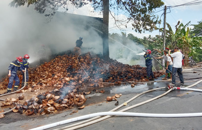 Hiện trường vụ cháy tại cơ sở sản xuất chỉ xơ dừa ở ấp Tiên Tây Vàm, xã Tiên Thủy.  Ảnh: Q. Duy