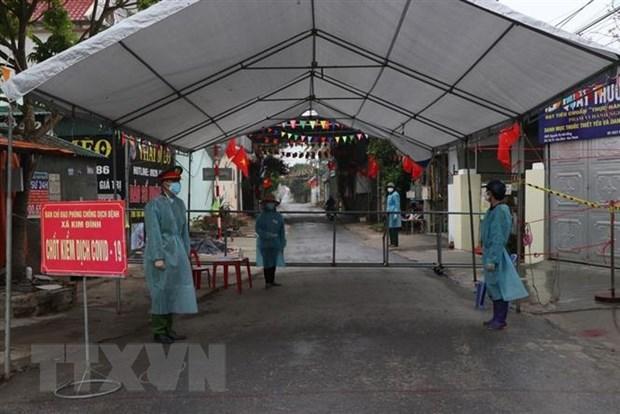 Chốt kiểm soát dịch tại thôn Phù Tải 2, xã Kim Đính, huyện Kim Thành vẫn duy trì 9 thành viên, chia 3 ca túc trực. Ảnh: Mạnh Minh/TTXVN