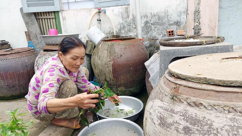 Cần sử dụng tiết kiệm nước ngọt trong mùa hạn mặn để giảm chi phí (trong ảnh cô Nguyễn Thị Năm, Ấp 1, xã Tân Hào, huyện Giồng Trôm). Ảnh: Phan Hân