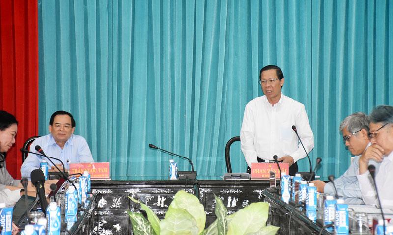 Bí thư Tỉnh uỷ Phan Văn Mãi phát biểu tại cuộc họp.