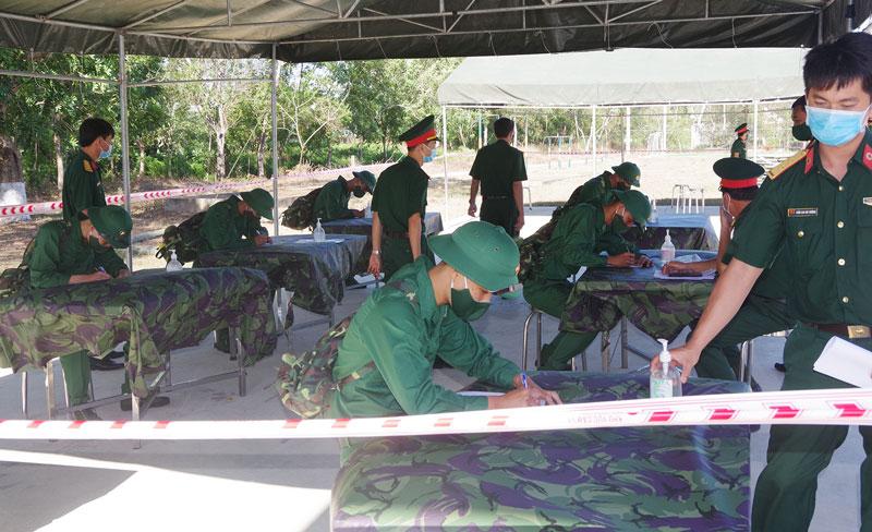 Công tác tiếp nhận các tân binh tại Trung đoàn BBKTT 895. Ảnh: Đ.Thạch