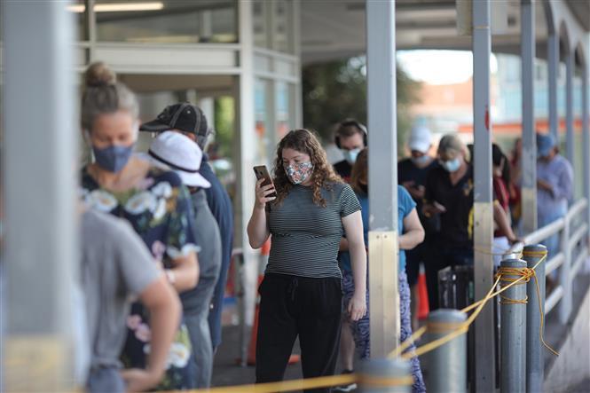 Người dân đeo khẩu trang phòng lây nhiễm COVID-19 tại siêu thị ở Auckland, New Zealand, ngày 28-2-2021. Ảnh: THX/ TTXVN